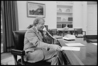 File:Jimmy Carter at his desk in the Oval Office - NARA ...