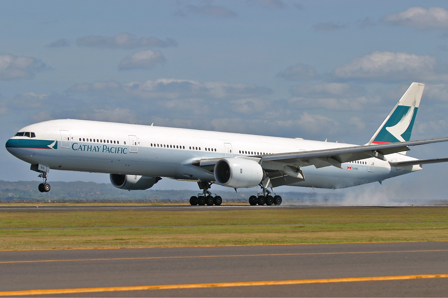 https://i0.wp.com/upload.wikimedia.org/wikipedia/commons/f/ff/Cathay_Pacific_Boeing_777-300_Pichugin-1.jpg