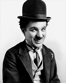 "Chaplin dengan kostum ""The Tramp"""