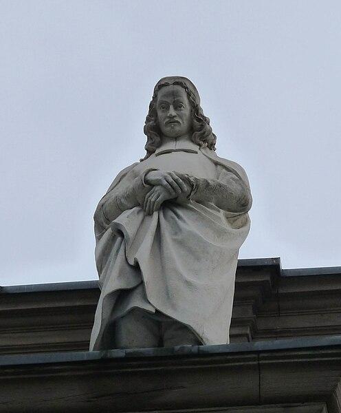 Die Statue von Philipp Jakob Spener auf dem Sims des Palais universitaire de Strasbourg