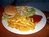 {{de Veganer Burger mit Pommes vom Restaurant ...