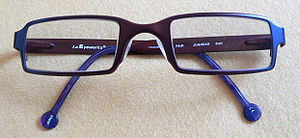 Deutsch: Blaue Brille, eingeklappt.