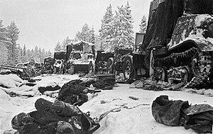 Kaatuneita neuvostosotilaita ja kalustoa Raatteentiellä