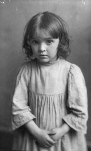 English: Photograph shows a young girl with he...