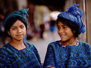 Deutsch: Junge Frauen auf dem Markt von Chichi...