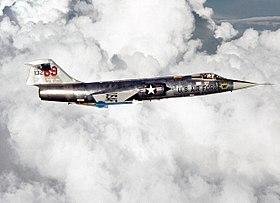 L' F-104 Starfighter (no.KG-132), appartenente al 69th Tactical Fighter Training Squadron dell'USAF ed utilizzato per addestrare i futuri piloti della Luftwaffe presso la Luke AFB, in volo d'addestramento; 1 agosto 1979.