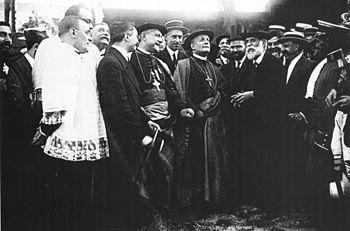 Español: Gaudí y el nuncio Ragonesi visitan la...