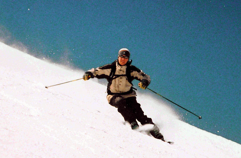 File:Skier-carving-a-turn.jpg