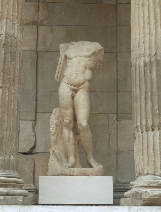 Statue of an emperor or hero from the Market Gate of Miletus, early 2nd century AD (reign of Hadrian 120-130 AD), Pergamon Museum Berlin (8404261155)