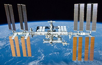 Stația Spațială Internațională la 23 mai 2010 văzută de pe naveta Atlantis în timpul zborului STS-132.