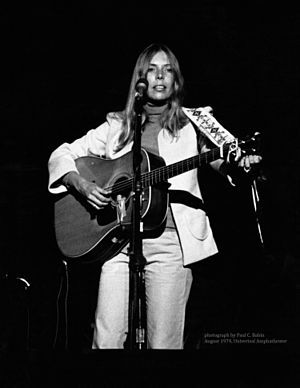 English: Joni Mitchell performing in concert p...