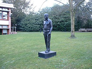 English: Institute of Astronomy, statue of Sir...