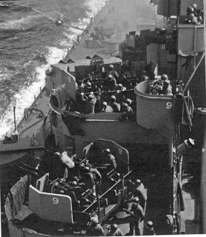 Um kamikaze, Mitsubishi Zero neste caso, preste a colidir com o USS Missouri.