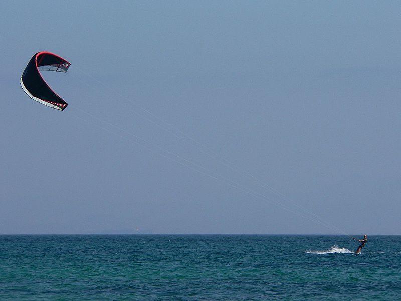 Archivo:Kitesurfing.JPG