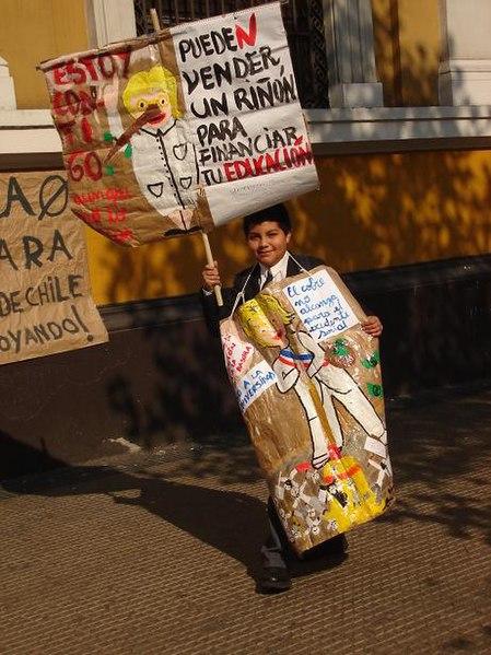 449px-Niño_pingüino_protesta.jpg (449×599)
