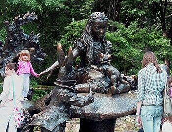 Alice in Wonderland sculpture by Jose de Creef...