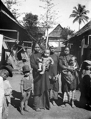 https://i0.wp.com/upload.wikimedia.org/wikipedia/commons/thumb/0/06/COLLECTIE_TROPENMUSEUM_Vrouwen_en_kinderen_uit_een_Kerintisch_dorp_West-Sumatra_TMnr_10002859.jpg/300px-COLLECTIE_TROPENMUSEUM_Vrouwen_en_kinderen_uit_een_Kerintisch_dorp_West-Sumatra_TMnr_10002859.jpg