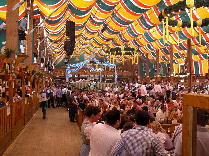 English: Oktoberfest in September 2009: Bierze...