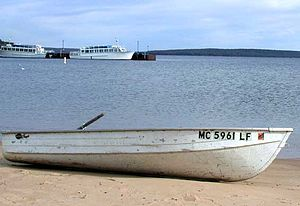 English: Boat on the beach in the harbor of Mu...