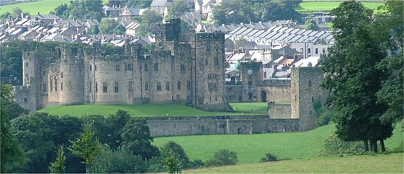 Ficheiro:Alnwick Castle - Northumberland - 140804.jpg