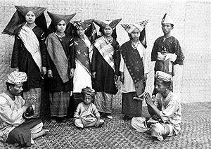 COLLECTIE TROPENMUSEUM Poserende Minangkabauers in gelegenheidskleding TMnr 10005033.jpg
