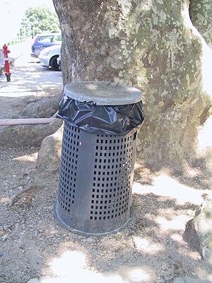 Italiano: Trespolo per rifiuti English: Garbag...