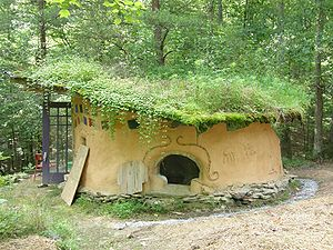 English: Small cob house, called a hippitat, a...