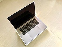 220px-15%22_Macbook_pro_with_touch_bar_on_its_box MacBook Pro Modelle