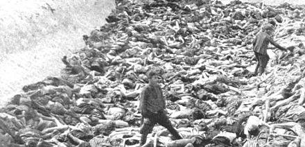 Le médecin SS de la mort Fritz Klein au milieu de la fosse commune de Bergen-Belsen.