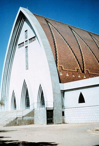 Archivo:Church in Fort Lamy, Chad.jpg