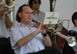 Enric Ortí i Martín (ca) jouant de la tenora