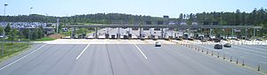 English: Photo of the main toll plaza of the D...