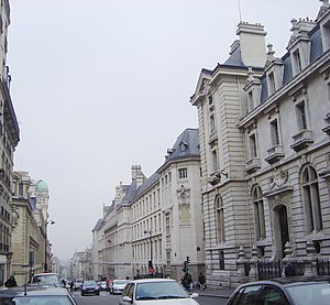 Here, the lycée is at centre, on the right sid...