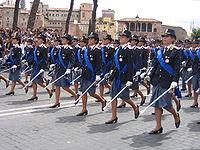 Con la riforma del 1981, la Polizia di Stato non è più un corpo militare, ma preserva la sua tradizione militare che ha nell'istruzione formale uno dei suoi punti d'onore. Nella foto un impeccabile allineamento alla Festa della Repubblica 2007