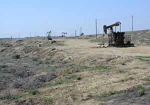 English: Oil wells and disturbed area, Kern Fr...