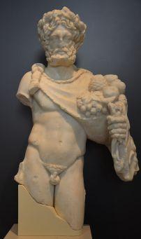Sylvanus, Sylvain dieu de la Rome antique. genius loci tutélaire des forêts.D'ordinaire, le dieu Sylvanus est représenté tenant une serpe, avec une couronne de lierre ou de pin, son arbre favori. Quelquefois la branche de pin qui forme sa couronne est remplacée par une de cyprès, à cause de sa tendresse pour le jeune Cyparisse qui, selon certains auteurs, fut métamorphosé en cyprès, ou parce qu'il a le premier appris à cultiver cet arbre en Italie.