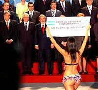 Evangelina Carrozzo, rainha do carnaval de Gualeguaychú, protesta contra a construção da fábrica de celulose na fronteira com o Uruguai.