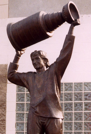 A statue of Wayne Gretzky raising the Stanley ...