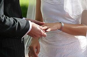 Español: Intercambio de anillos entre los novios