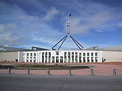 Parliament House yang baru di Canberra dibuka pada tahun 1988 menggantikan Parliament House lama yang dibuka tahun 1927.