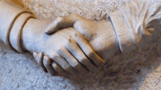 Hände der Freundschaft im Duisburger Rathausbogen detail