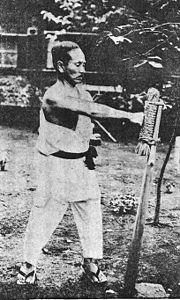 Mestre Funakoshi treinando