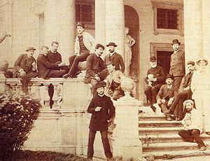 Debussy en Villa Médicis de Roma en 1885.El compositor arriba, en el centro, vestido de blanco.