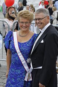 Maud Olofsson på väg till Victorias och Daniels bröllop