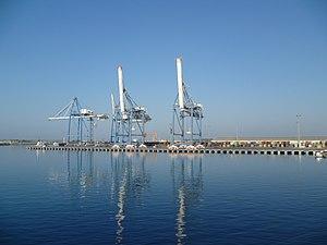 Deutsch: Verladekräne im Hafen von Limassol au...