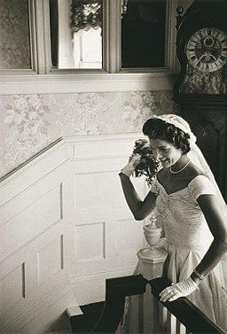 https://i0.wp.com/upload.wikimedia.org/wikipedia/commons/thumb/1/15/Jacqueline_Bouvier_Kennedy_Onassis2.jpg/256px-Jacqueline_Bouvier_Kennedy_Onassis2.jpg