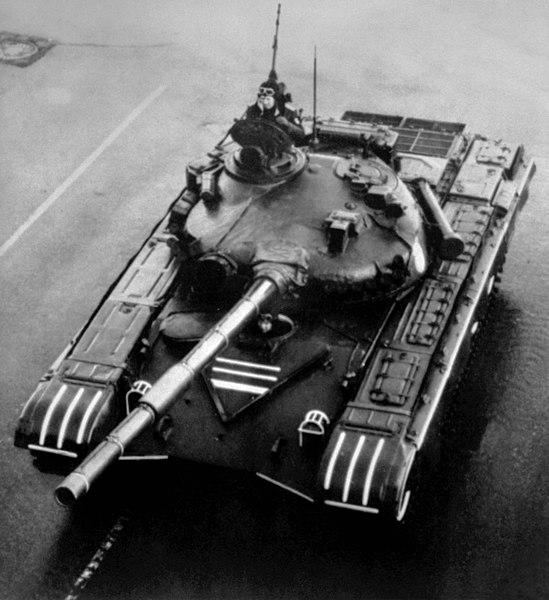 Berkas:T-72A tank on parade.jpg