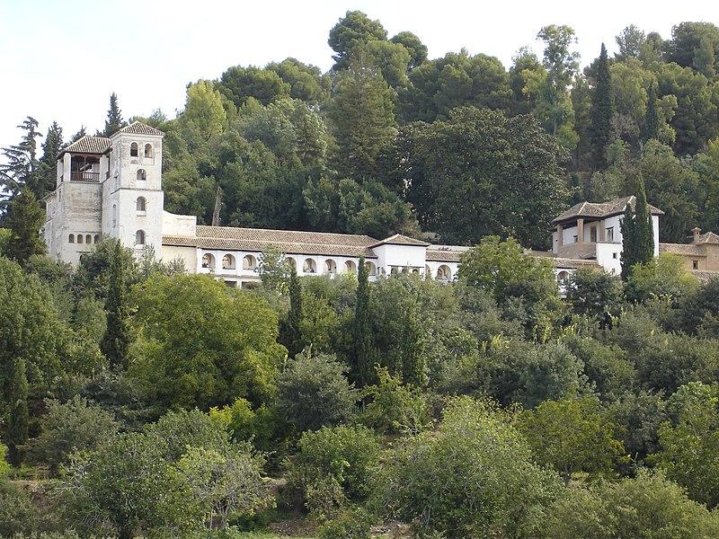 Le Generalife (en arabe : جنة العريف ) est la villa avec des jardins habités par les rois musulmans de Grenade comme un lieu de repos, située dans la ville de Grenade , Espagne