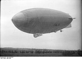 Il dirigibile Italia durante l'attracco a Stolp, in Pomerania, una delle tappe intermedie nel viaggio verso il Polo Nord.