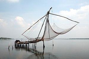 English: Chinese fishing net near Kochi. Franç...